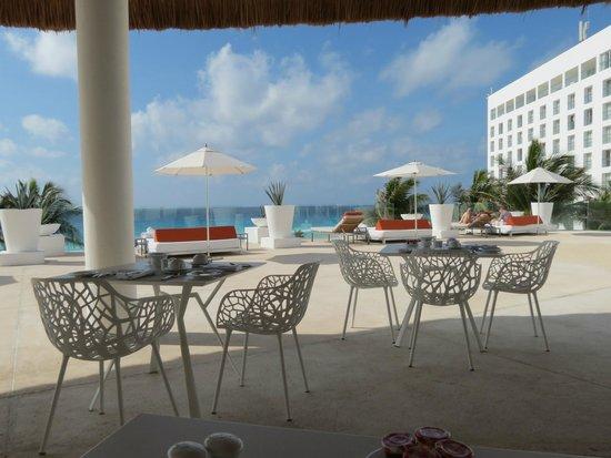Le Blanc Spa Resort: Breakfast near pool/beach