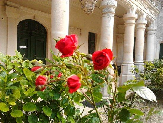 Le Chateau des Enigmes : les fleurs caressé par le vent douce