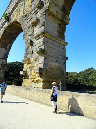 Pont du Gard : Der Mensch ist eine Ameise neben diesem Pfeiler
