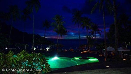 Mercure Koh Chang Hideaway Hotel: บรรยากาศช่วงค่ำ