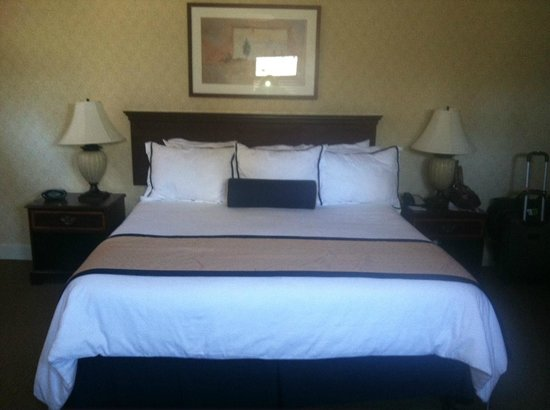 Marines Memorial Club Hotel : King luxury linens