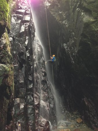 Rocaliza Adventure Tours : Rappelling down a waterfall!