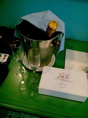 Hotel La Bougainville: Welcome drink camera
