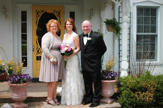 Daisy Hill Bed and Breakfast : Bride with her parents
