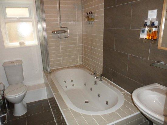 The Clontarf Hotel: Bathroom room 2
