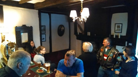 Abbot's Fireside Restaurant : Chatting in the pub.