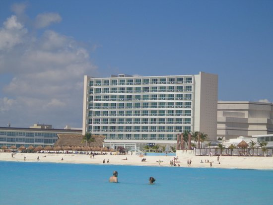 Krystal Cancun: Mar da frente do hotel, com hotel ao fundo