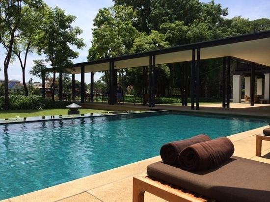 Anantara Chiang Mai Resort: lazing around the pool