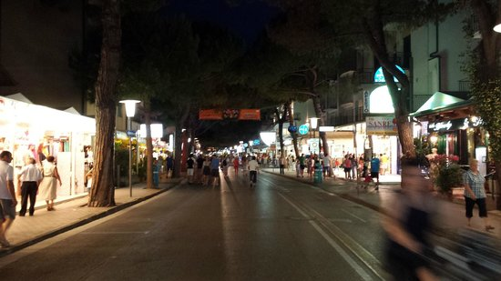 Hotel Cesare Augustus: night time on the strip