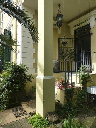 Palm Gallery Hotel: L'entrée, qui ressemble davantage à celle une maison particulière.
