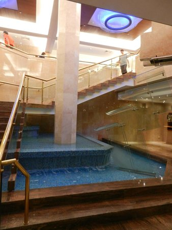 Gai Beach Resort Spa Hotel : Fountain in Hotel Lobby