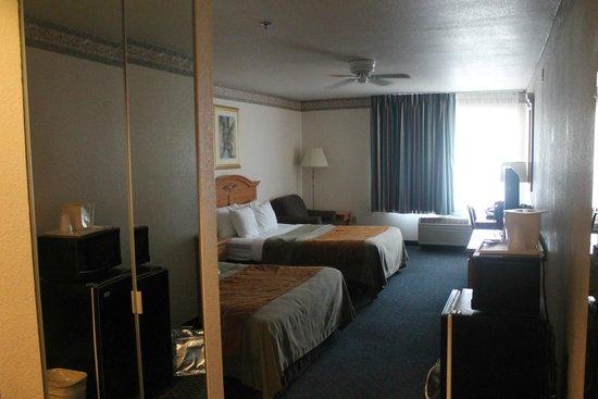 Comfort Inn & Suites Sequoia Kings Canyon: Habitacion y Baño confortables