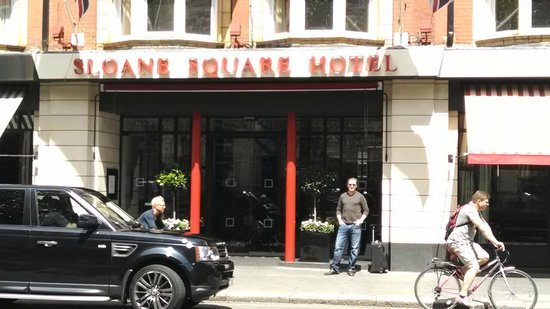 Sloane Square Hotel: Entrance from Across the Street