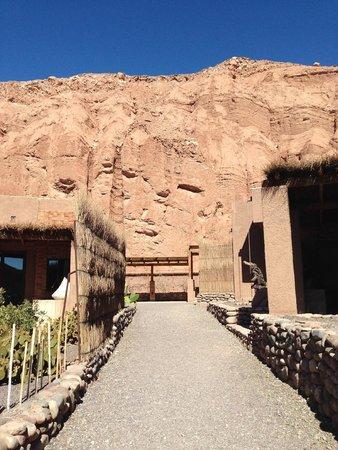 Alto Atacama Desert Lodge & Spa: The cliffs adjacent to the Alto Atacama