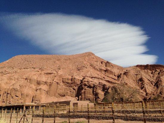 Alto Atacama Desert Lodge & Spa: Looking to the cliffs above the Alto Atacama