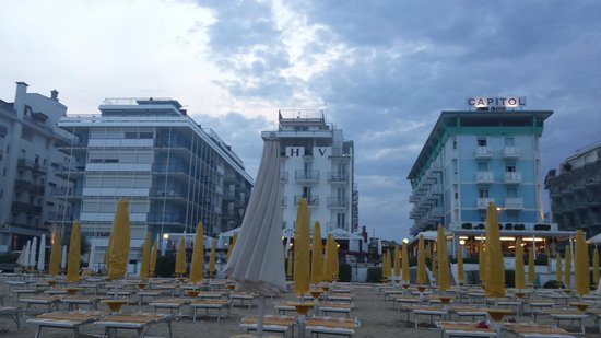 Hotel Victoria Frontemre: Vista dall'hotel dalla spiaggia