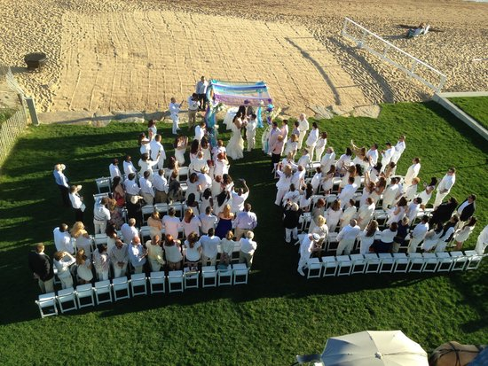 Madison Beach Hotel: Wedding on the front lawn