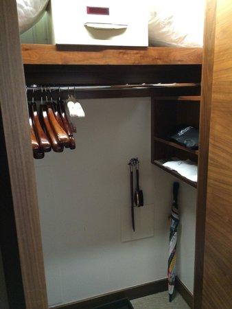 Fairmont Pacific Rim : closet