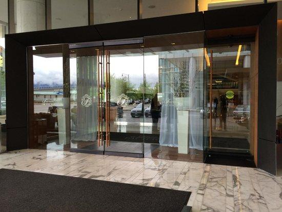 Fairmont Pacific Rim : Main entrance