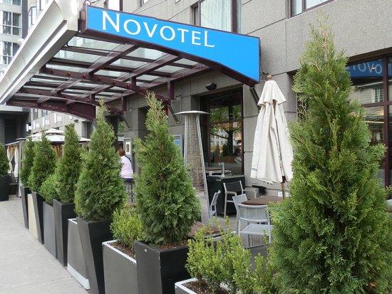 Novotel Montreal Center: Bistro/Patio at Novotel Montreal Centre