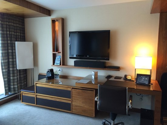 Fairmont Pacific Rim: TV/desk