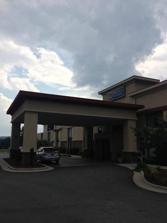 Best Western Yadkin Valley Inn & Suites: Outside. Little overcast but very well kept