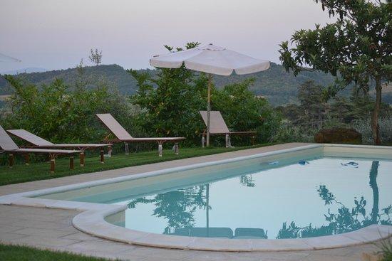 Agriturismo Fontecastello: piscina al tramonto