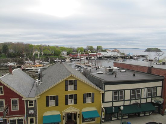 Lord Camden Inn: Main St. and Camden Harbor from our balcony