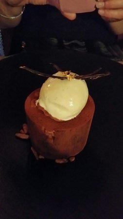 La part des Anges : timbale meringuée au chocolat noir et sa glace vanille
