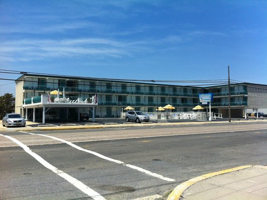 Tradewinds Motor Lodge: Tradewinds from across the street, beach side. Large patio 2nd floor on left above office.