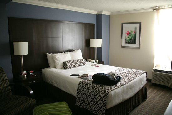 Crowne Plaza Toronto Airport: Queen bed