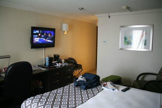Crowne Plaza Toronto Airport: Tv, desk