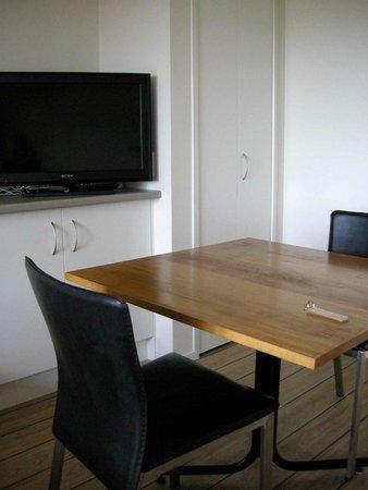 Beachfront Resort : Small table