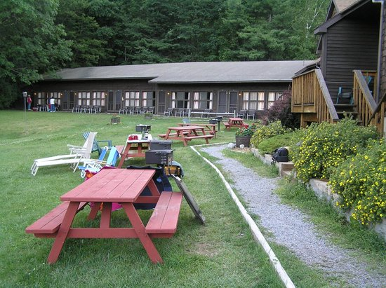 Northern Lake George Resort: View of villa picnic areas
