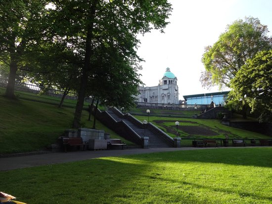 Mercure Aberdeen Caledonian Hotel: The park in front of the hotel. (Union Terraze)