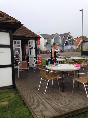 Seaview Cafe: Lovely little seating area over looking the beach . Defiantly be coming back .