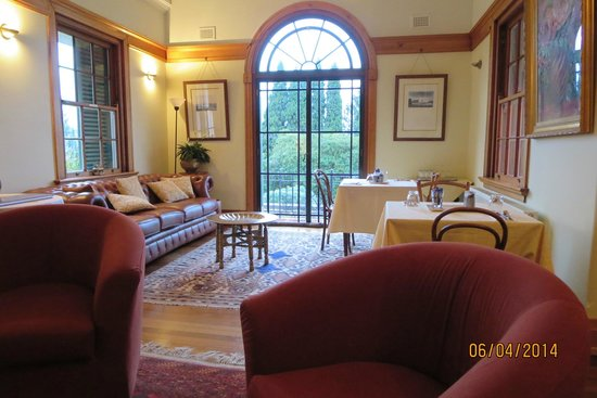 Silvermere Bed and Breakfast : Comfortable parlor (fireplace is out of the photo to the left)
