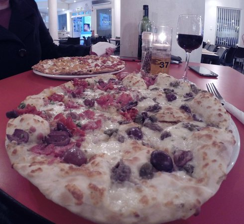 Toni's Fully Furnished Pizza Co.: Half Romana & Half Con Carne