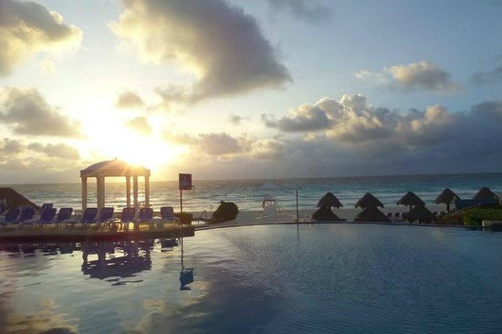 Golden Parnassus All Inclusive Resort & Spa Cancun : Beautiful sunrise on our last day!