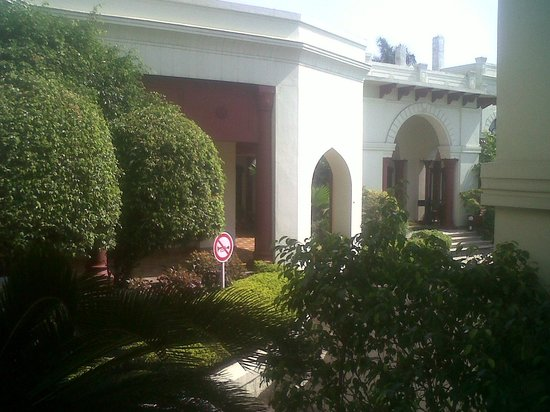 WelcomHeritage Noor-Us-Sabah Palace: view of the hotel from the lawn