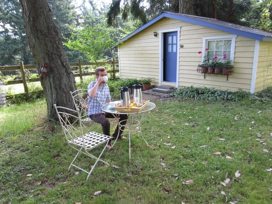 The Old Farmhouse Bed & Breakfast: Morning tea and coffee outside the charming Chateau Poulet