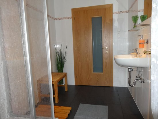 Haus Karl's Ruh: Shared bathroom for standard bedrooms