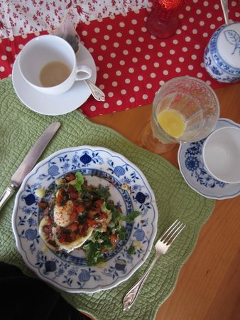 The Old Farmhouse Bed & Breakfast: Fresh squeezed orange juice, tea and the most delicious breakfast