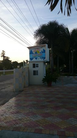 Holiday Haven Condo Resort : Front Gate