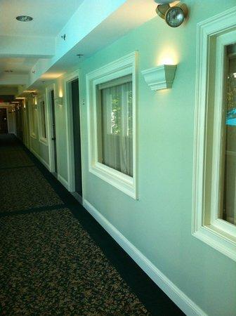 Dan'l Webster Inn & Spa: Room - windows in front facing hallway