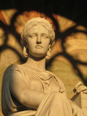 Royal Victoria Hotel: Statue in Camposanto