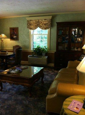 Dan'l Webster Inn & Spa: Common Sitting Area