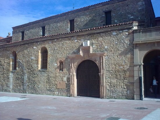 Iglesia de San Tirso El Real: San Tirso - Cathedral Square side