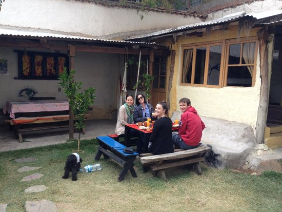 Hostal CasArte Takubamba: Courtyard - breakfast time!
