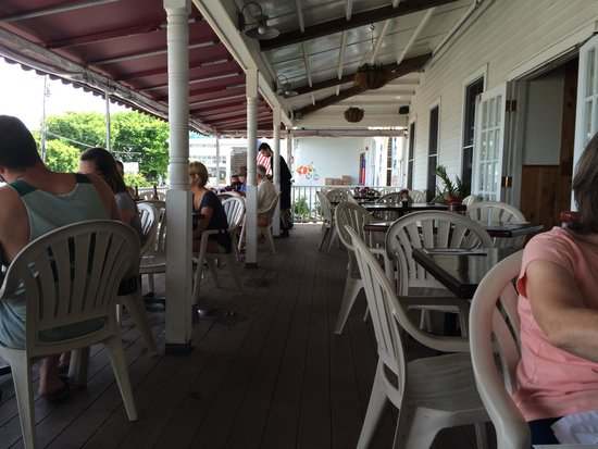 Harbor Grill: The deck.